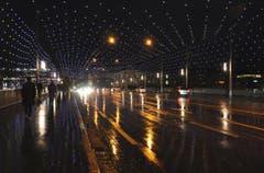 Die Regen nasse Strasse verhilft dank der Lichtspiegelungen auf der Seebrücke in Luzern zu einer ganz speziellen Stimmung. Foto vom 8.12. um 17.20 Uhr. (Bild: Niklaus Rohrer)