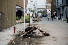 Müll und Bauschutt liegt zwischen den einzelnen Pavillions. (Bild: SAMUEL GOLAY)