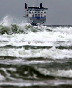 Eine skandinavische Fähre kämpft sich auf dem Weg nach Rostock durch die Wellen. (Bild: Keystone)