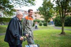 ...wird der Herdschwandbewohner und Ur-Emmer Ferdinand Wyss zusammen mit Zivilschützer Yannick Kaech zum neuen Betagtenheim begleitet. (Bild: Roger Grütter / Neue LZ)