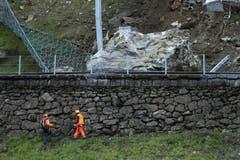 Spezialisten untersuchen das Felssturzgebiet am 15. Novemer. (Bild: Keystone)