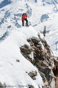Die Bedingungen, die Arnold in der Wand auffand, waren gut, aber nicht perfekt. Besonders im oberen Teil lag wenig Schnee, das Klettern auf blankem Eis oder auf den Felsen gestaltete sich entsprechend anspruchsvoll. Das bringt Arnold zum Fazit: «Es würde wahrscheinlich noch schneller gehen.» (Bild: Christian Gisi)