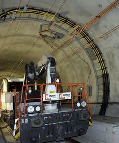 31.10.2013: Arbeiten am Streckenabschnitt, wo es bereits verlegte Schienen und Fahrleitungen hat. (Bild: Keystone)