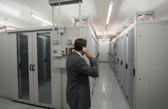 Andy Reinhard, Marketingdirektor, telefoniert in einem Serverraum. (Bild: Keystone)