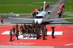 Was für ein Spektakel: Der neue PC-24 wird von der Schweizer Armee eskortiert. (Bild: Keystone)