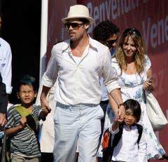 Daddy cool: Brad Pitt mit seinen Adoptivkindern Maddox und Pax (2008). (Bild: Keystone)