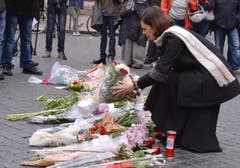 Die Präsidentin der Abgeordnetenkammer, Laura Boldrini, legt Blumen nieder vor der französischen Botschaft in Rom. (Bild: EPA/Maurizio Brambatti)