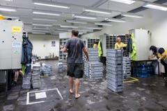 Aufräumen in Pfäffikon: Die Post Zustellstelle stand unter Wasser. (Bild: Keystone / Alexandra Wey)