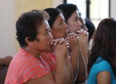 Beten und an die Opfer erinnern: Frauen während einer Messe in Tanauan. (Bild: Keystone)