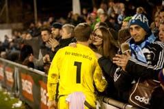 Buochs Torhüter Samuel Blättler wird von den Fans getröstet. (Bild: Boris Bürgisser (Neue LZ))