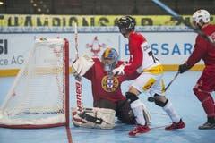Und da ist der Ball drin: Der Schweizer Mathieu Schildknecht schiesst das 0:2. (Bild: Maria Schmid (Neue ZZ))