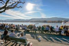 Fast kein Platz bleibt frei bei frühlingshaften Temperaturen mitten im Herbst am Zürcher Utoquai am Samstag. (Bild: Keystone/Walter Bieri)