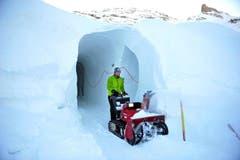 Martin Erny befreit die Gänge des Hotels vom Schnee. (Bild: Corinne Glanzmann / Neue OZ)