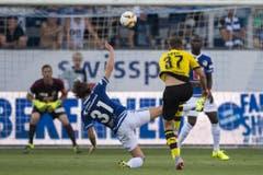 Luzerns Hekuran Kryeziu wehrt einen Schuss von Dortmunds Erik Durm ab. (Bild: Keystone / Urs Flüeler)