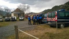 Die Einsatzkräfte versammeln sich nahe der Absturzstelle in Seyne-Les-Alpes. (Bild: Keystone)