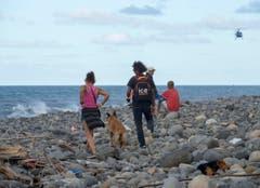Am Strand von La Réunion werde weitere Teile gesucht. (Bild: Keystone)