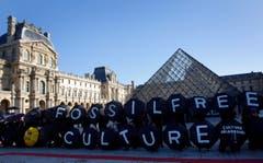 Jeder Aktivist ist ein Buchstabe: Zusammen sind sie die Inschrift «fossilfreie Kultur». (Bild: AP Photo/Christophe Ena)