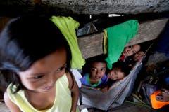Kinder machen das Beste aus der Situation: Sie leben seit dem Sturm in einer notdürftigen Unterkunft unter einer Brücke. (Bild: Keystone)