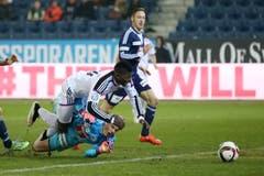 Luzerns Jonas Omlin verursacht einen Elfmeter gegen Basels Breel Embolo. (Bild: Philipp Schmidli)