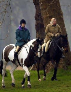 Die Königin und ihre Tochter, Prinzessin Anne, bei einem Ausritt 2002 im Schloss Windsor. (Bild: Keystone)