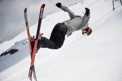 Fabian Bösch und Co. stürzen auf ihren Brettern – vorwärts oder rückwärts – den Anlauf hinunter und flitzen über die Schanze, um sich gehörig durch die Luft schleudern zu lassen. (Bild: Corinne Glanzmann (Neue NZ))