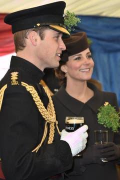 Der englische Prinz William gönnt sich nach der Zeremonie auf der Militärbasis in Aldershot ein irisches Guiness-Bier, die hochschwangere Kate trinkt ein Glas Wasser. (Bild: Keystone)