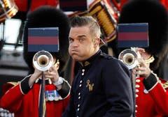 Faxen und ein Ständchen für die Queen: Robbie Williams tritt 2012 zum 60-jährigen Thronjubiläum von Elizabeth II. vor dem Buckingham Palast auf. (Bild: Keystone)
