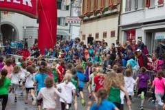 Hellebardenlauf Sempach Start eines Jugend Feldes vor den Augen der Fans. (Bild: Beat Blättler)