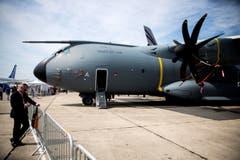 Ein Besucher neben einem A400M Militärflugzeug. (Bild: ETIENNE LAURENT)