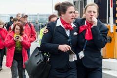 Das Entsetzen steht zwei Swissport-Mitarbeiterinnen ins Gesicht geschrieben. (Bild: Ap Foto / Geert Vanden Wijngaert)