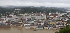 Die Donau überschritt in Passau am Montagmorgen den Pegelstand von 12,20 Metern. (Bild: Keystone)