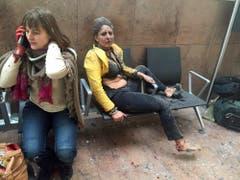 Zwei verwundete Frauen, Opfer der Bomben am Flughafen. (Bild: Ketevan Kardava/ via AP)