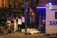 Sanitäter im Einsatz vor einem Restaurant in Paris. (Bild: AP/Thibault Camus)