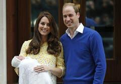 Herzogin Kate und Prinz William posieren mit dem Neugeborenen für die Fotografen vor dem Lindo Wing des St. Mary's Hospital in London. (Bild: Keystone)