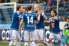 Die Luzerner mit Markus Neumayr (mitte) feiern das Penalty-Tor zum 2:1. (Bild: Keystone / Urs Flüeler)