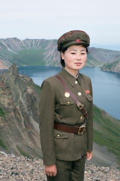 Eine Soldatin posiert am heiligen Berg Paektusan. (Bild: Martin von den Driesch)