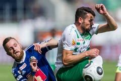 Albert Bunjaku von St. Gallen, rechts, und Jakob Jantscher von Luzern, links, spielen um den Ball. (Bild: (KEYSTONE/Sebastian Schneider))