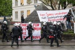 Die Polizei riegelt auf dem Helvetiaplatz Demonstranten ab. (Bild: ENNIO LEANZA)
