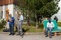 Stephan Thalmann (links) und Sepp Fluder, (Mitte) machen Musik anlässlich des Informationstages für die Bevölkerung im Bundesasylzentrum Glaubenberg. (Bild: ALEXANDRA WEY)