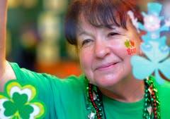Eine Kellnerin pausiert, um sich die Parade in Savannah anzuschauen. (Bild: Keystone)