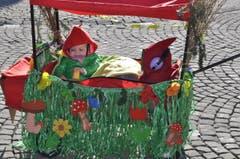 Die kleine Emily war mit ihren neun Monaten die Jüngste im Fasnachtsumzug. (Bild: Birgit Scheidegger (OZ))