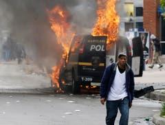 Ein Feuer zerstört ein Polizeifahrzeug. (Bild: AP Photo/Patrick Semansky)