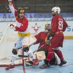 Mathieu Schildknecht (links) freut sich über sein Tor zum 0:2 für die Schweiz. (Bild: Maria Schmid (Neue ZZ))
