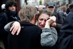 Bestürzung und Trauer vor dem Cafe Carillon in Paris. (Bild: YOAN VALAT)