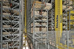 Die Hochregale sind bis 25 Meter hoch. Alles läuft vollautomatisch. (Bild: Pius Amrein / Neue LZ)