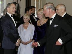 Prinz Charles im Gespräch als James Bond. (Bild: Keystone)
