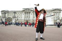 «Heute feiern wir um 17.30 Uhr (18.30 Uhr MESZ) einen königlichen Rekord», verkündete vor dem Buckingham ein in mittelalterliche Gewänder gekleideter königlicher Ausrufer. (Bild: Keystone)