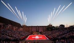 Das Opening am Basel Tattoo mit Massed Military Bands, International, und einer grossen Schweizer Flagge (Bild: Keystone / Patrick Staub)