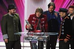 Die Band 77 Bombay Street um Matt, Joe, Esra und Simri-Ramon Buchli gewinnt den SwissAward in der Kategorie Show. (Bild: Keystone)