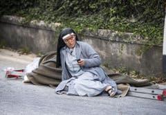 Eine Nonne kontrolliert ihr Handy nach Nachrichten. (Bild: EPA / Massimo Percossi)
